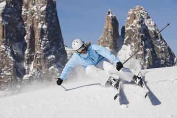 Italien, Trentino-Alto Adige, Südtirol, Bozen, Seiser Alm, Skifahren, junge Frau in der Näh eines Berges