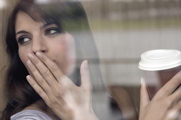 Deutschland, Köln, Junge Frau im Fenster des Cafés
