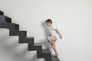 Deutschland, Junge läuft Treppen hinauf