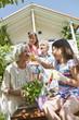 Deutschland, Bayern, Familie Gartenarbeit zusammen