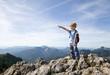 Deutschland, Bayern, Junge auf Berggipfel genießt Aussicht