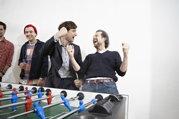 Deutschland, Köln, Männer spielen Tischfußball