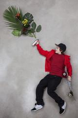 Junge besprüht Blätter mit Sprühflasche