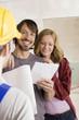Bauarbeiter und junges Paar, Lächeln