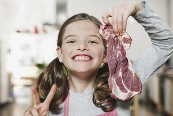 Deutschland, Köln, Mädchen mit einem Stück Fleisch