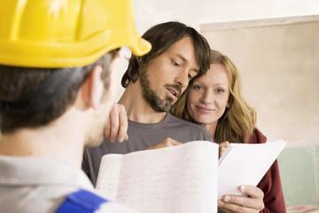 Bauarbeiter und junges Paar