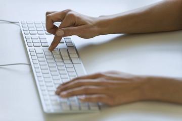 Frau Eingabe auf Computer-Tastatur