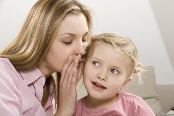 Mutter und Tochter Flüstern, close up