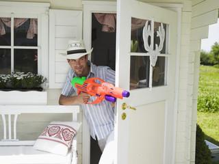 Mann mit Wasserpistole