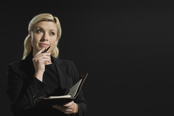 Frau mit Tagebuch
