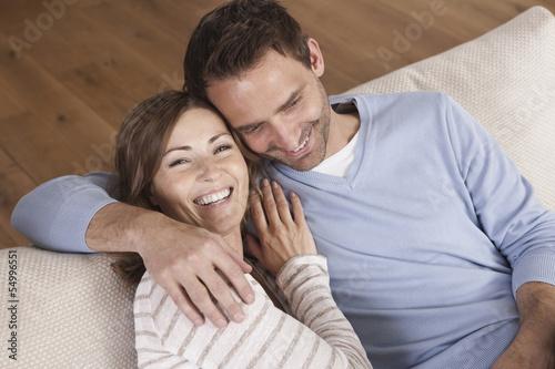 Deutschland, Paar sitzt auf der Couch