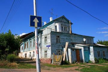 """Старый деревянный дом и знак """"Одностороннее движение"""""""