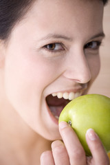 Junge Frau hält einen Apfel