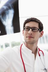 Deutschland, Bayern, Diessen am Ammersee, Junger Arzt prüft Röntgenbild