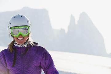 Italien, Trentino-Alto Adige, Südtirol, Bozen, Seiser Alm, junge Frau mit Skihelm und Skibrille