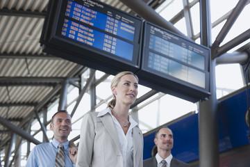 Deutschland, Leipzig-Halle, Flughafen, Geschäftsleute Lächeln