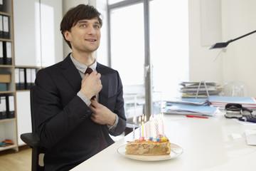 Deutschland, Köln, Mann mit Geburtstagstorte