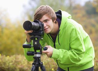 Österreich, Junger Mann macht Fotos