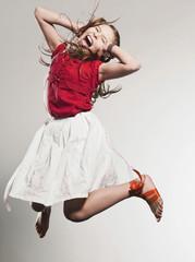 Mädchen springend und Schreien
