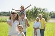 Deutschland, Bayern, Familie zusammen beim Picknick