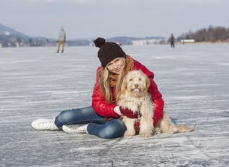 Österreich, Teenager-Mädchen mit Hund