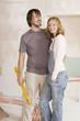 Junges Paar in einem unfertigen Gebäude