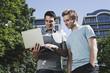 Deutschland, Berlin, zum Thema Männer mit Laptop