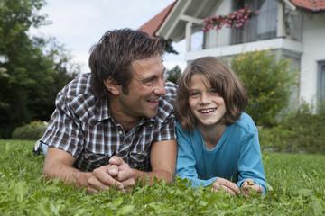 Deutschland, München, Vater und Sohn im Garten
