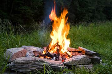 Lagerfeuer in der Dämmerung