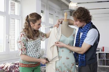 Deutschland, Bayern, München, Fashion Designer arbeiten