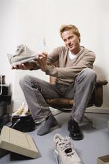 Junger Mann im Schuhladen