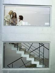 Frau auf Treppe