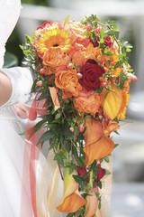 Braut bei Hochzeit, Strauß Rosen