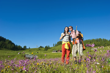 Österreich, Salzburg, Paar in Bergwiese