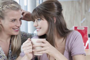 Deutschland, Köln, Junge Frauen in Café