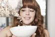 Deutschland, Berlin, Nahaufnahme der jungen Frau bereitet Getreide