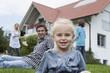 Deutschland, München, Mädchen mit Familie im Hintergrund