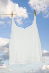 Unterhemd auf einer Wäscheleine