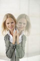 Geschäftsfrau , Reflexion in Glasscheibe