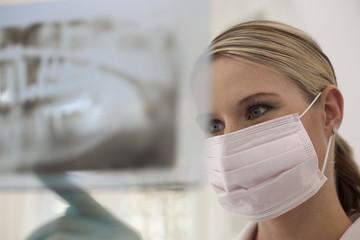 Deutschland, Bayern, Landsberg, Weiblich Zahnarzthelferin Prüfung Röntgenaufnahmen