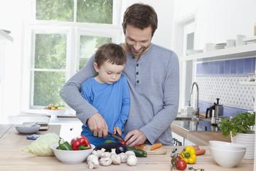 Deutschland, Bayern, München, Vater und Sohn Tomaten hacken