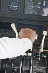 Deutschland, Bayern, München, Pilot im Flugzeug-Cockpit