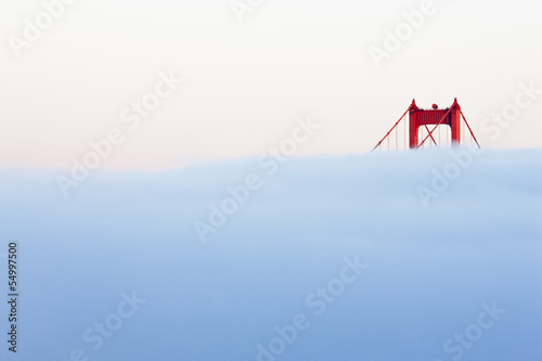 USA, Kalifornien, San Francisco, Golden Gate Bridge im Nebel