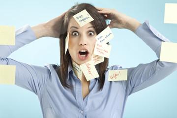 Geschäftsfrau mit Haftnotizen auf ihrem Gesicht