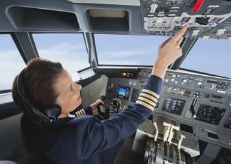 Deutschland, Bayern, München, Frau und Pilot im Flugzeug-Cockpit