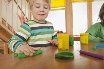 Deutschland, Zwei Jungen, spielen mit Modelliermasse