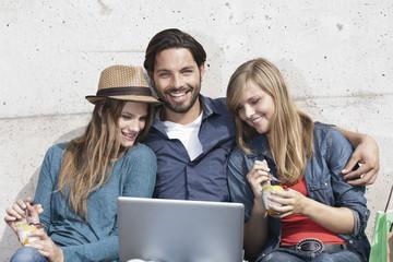 Deutschland, Köln, Junger Mann und Frau mit Laptop
