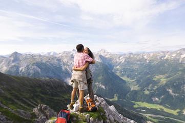 Österreich, Salzburger Land, Paar umarmt sich