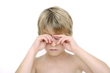 Kleiner Junge, Reiben der Augen