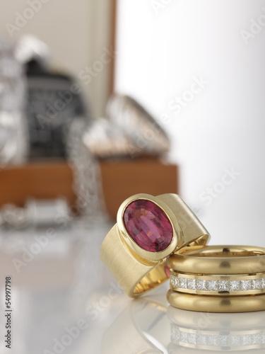 Zwei Ringe und ein Schmuckkästchen